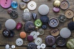 Серия винтажных кнопок на старом деревянном столе Стоковое Изображение RF