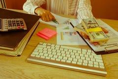 Серия коммерсантки предлагая 100 долларовых банкнот близкие руки вверх Заем, кредит, концепция задолженности Стоковое Фото