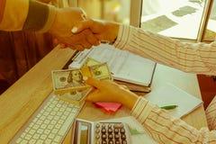 Серия коммерсантки предлагая 100 долларовых банкнот Руки Коммерсантка, женские давая деньги наличных денег к персоне Стоковая Фотография RF