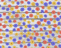 Серия красочного цветка маргаритки на деревянном столе Стоковые Изображения RF