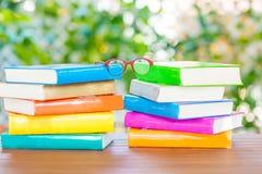 Серия красочных книг и стекел чтения Стоковое Фото