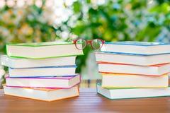 Серия красочных книг и стекел чтения Стоковое фото RF