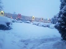 серия крытой парковки снега на комплексе апартаментов стоковые фотографии rf