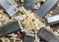 серия много острых стальных лезвий много зубил и chipp опилк стоковое изображение rf