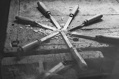 серия много острых стальных лезвий много зубил и chipp опилк стоковое фото rf