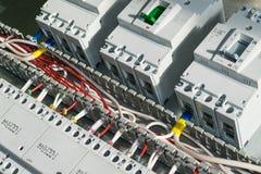 Серия модульных магнитных контакторов и ряд автоматов защити цепи силы стоковые изображения rf