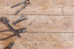 Серия новых запасных частей и инструментов на старом поколоченном деревянном столе Стоковое Фото
