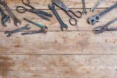 Серия новых запасных частей и инструментов на старом поколоченном деревянном столе Стоковые Фотографии RF