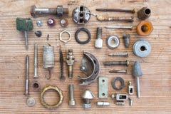 Серия новых запасных частей на старом поколоченном деревянном столе Стоковое Изображение