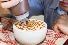 Серия персоны украшая кофе с искусством Стоковые Изображения RF