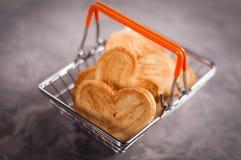 Серия печений в форме сердца в условный расчетный набор представительных потребительских товаров хрома металла с оранжевыми ручка Стоковые Изображения