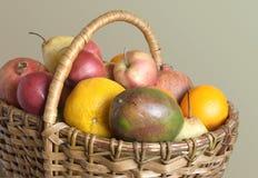 Серия плодоовощей в коричневой корзине wicker Стоковая Фотография