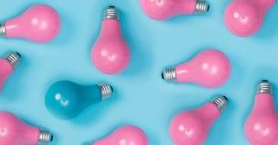 Серия покрашенных розовых электрических лампочек с одним вне стоковая фотография rf