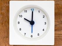 Серия последовательности времени на простых белых сетноых-аналогов часах Стоковые Фотографии RF