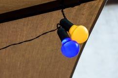 Серия предпосылки: Красочные электрические лампочки стоковое изображение