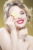 Серия плодоовощ лимона Портрет крупного плана чувственного нагого кавказца Стоковые Фото