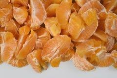 Серия свежих ярких желтых кусков апельсина на белой предпосылке, ниже узкий свободный диапазон для текста Стоковые Изображения