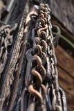 Серия старого, загубленного рычага приковывает смертную казнь через повешение около сарая в Csernat, Стоковые Изображения RF