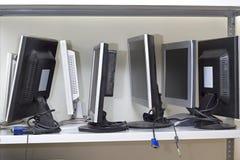 Серия сломленных мониторов ожидая ремонта Стоковое Изображение RF