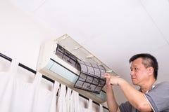 Серия техника обслуживая крытый блок кондиционера Стоковые Фото