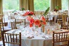 Серия украшения таблицы свадьбы - таблицы установили для красивого крытого поставленного еду роскошного события свадьбы с цветочн стоковое изображение