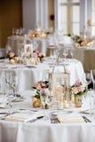 Серия украшения таблицы свадьбы - таблицы установили для приема по случаю бракосочетания стоковое изображение rf