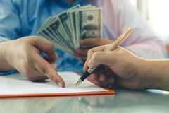Серия человека предлагая 100 долларовых банкнот Стоковые Фото