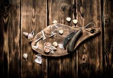 серия чеснока еды предпосылки Свежий чеснок на старой деревянной доске Стоковое Изображение RF