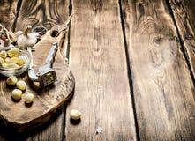 серия чеснока еды предпосылки Свежий чеснок на старой деревянной доске Стоковое фото RF