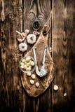 серия чеснока еды предпосылки Свежий чеснок на старой деревянной доске Стоковое Фото