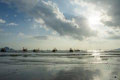 Серия шлюпок длинного хвоста поставленных на якорь на пляже Ao Nang в провинции Krabi Таиланде Стоковая Фотография RF