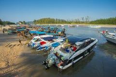 Серия шлюпок скорости и шлюпки длинного хвоста поставленные на якорь на Nopparat Thara приставают к берегу в провинции Krabi Таил Стоковое Фото