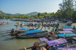 Серия шлюпок скорости и шлюпки длинного хвоста поставленные на якорь на Nopparat Thara приставают к берегу в провинции Krabi Таил Стоковое Изображение