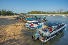 Серия шлюпок скорости и шлюпки длинного хвоста поставленные на якорь на Nopparat Thara приставают к берегу в провинции Krabi Таил Стоковое фото RF