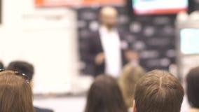 Серия людей сидя на семинаре читает лекцию и конференции Слушайте к speake видеоматериал