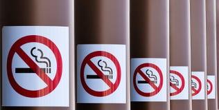Рядок для некурящих знаков на сериях колонок Стоковое Фото