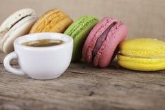 Серия macaroons и предпосылки взгляда со стороны кофе чашки винтажной Стоковые Фотографии RF