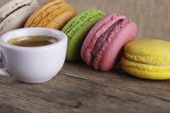 Серия macaroons и предпосылки взгляд сверху кофе чашки винтажной Стоковое Фото