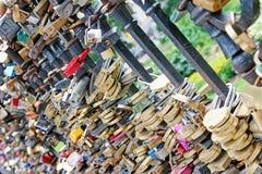 Серия padlocks свадьбы на перилах моста Стоковое Изображение RF