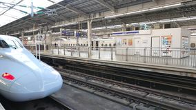 Серия Shinkansen N700A на станции Голень-Осака сток-видео