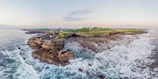 Серия Tanah - висок в океане bali Индонесия Фото от панорамы трутня, знамя, длинный формат стоковые фотографии rf