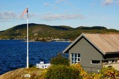 Серое деревянное hytte около фьорда, Норвегии Стоковое Фото