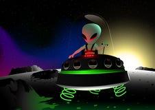 Серое летание чужеземца на поверхности луны в UFO Стоковые Изображения