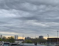 Серое небо большого города стоковая фотография rf
