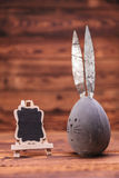 Серое пасхальное яйцо с ушами зайчика около пустой доски Стоковое Изображение RF