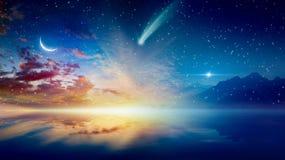 Серповидная луна, накаляя горизонт, яркие звезды и комета стоковая фотография rf