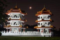 Серповидная луна поднимая между двойными пагодами на китайском саде в Сингапуре стоковое фото