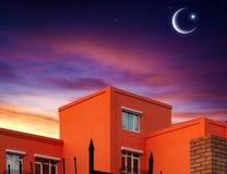 Серповидная луна с красивой предпосылкой захода солнца Великодушный Рамазан светлое небо вероисповедание jesus рая предпосылки стоковые фотографии rf