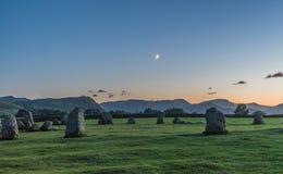 Серповидная луна устанавливая над каменным кругом Стоковые Фото