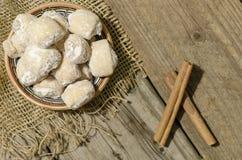 Серповидные крены заполненные с грецкими орехами и сахаром порошка в traditio Стоковые Изображения